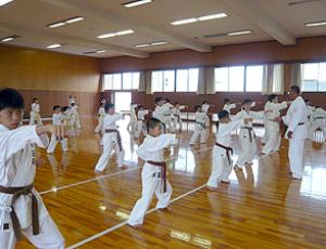 突き・蹴り・受け等を行いました|2007年大阪・愛知・静岡の合同練習|拳正会空手道連盟